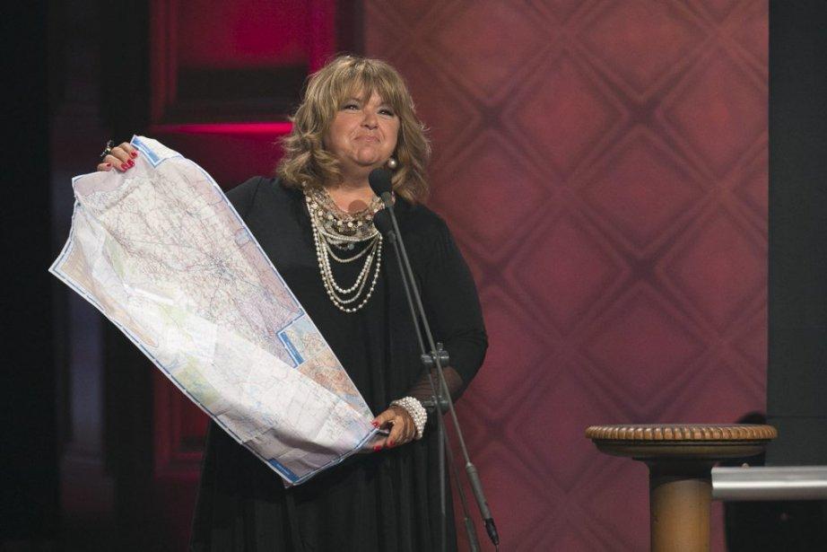 Lise Dion a remporté le prix du Spectacle d'humour le plus populaire pour «Le temps qui court». Elle déplie une carte du Québec pour remercier tous ses fans de la province. (Hugo-Sébastien Aubert, La Presse)