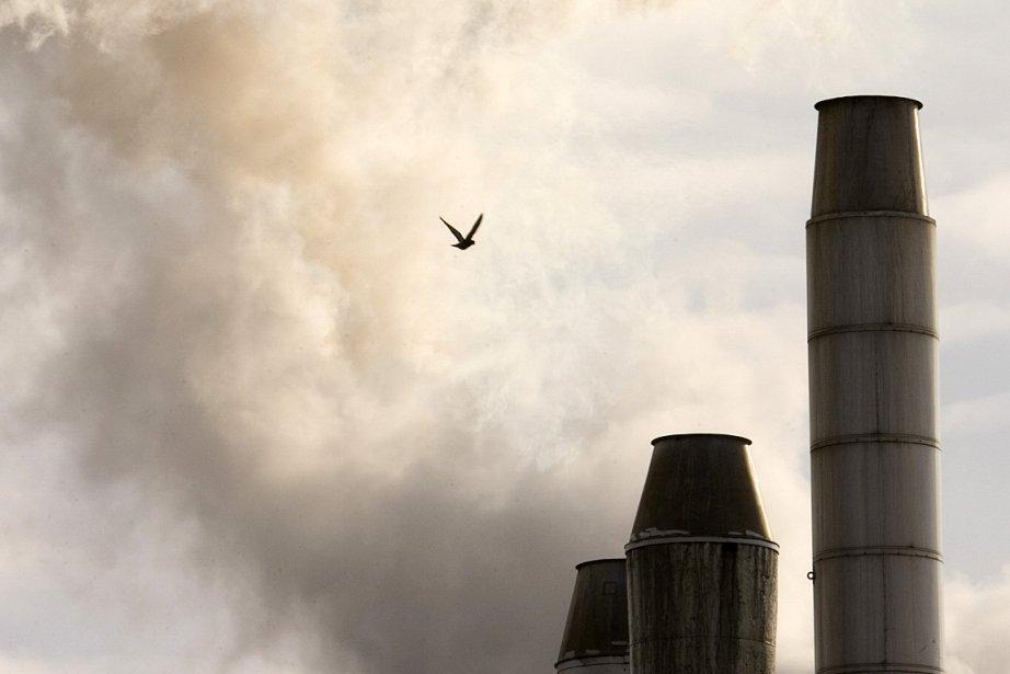 Des cheminées crachent de la fumée sur la... (Photo: Alain Roberge, archives La Presse)