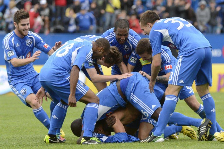 Les joueurs de l'Impact célèbrent leur remontée et... (Photo Bernard Brault, La Presse)