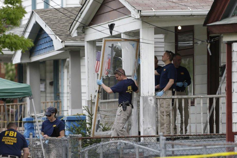 Des membres du FBI enquêtent, le 7 mai... (Photo Tony Dejak, AP)