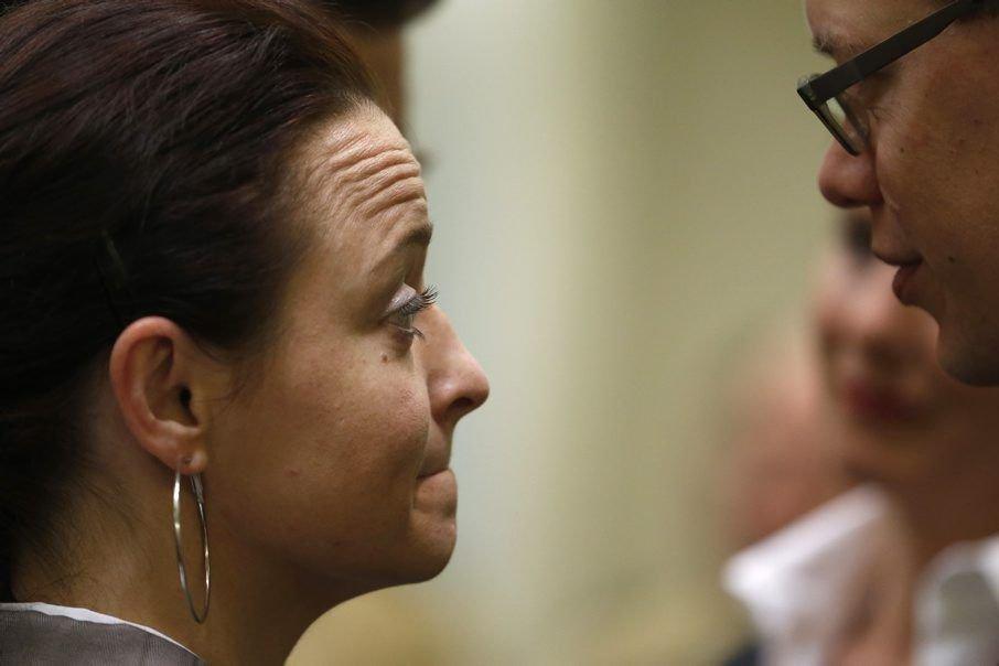 Beate Zschaepe parle à son avocat Wolfgang Stahl.... (Photo Matthias Schrader, Associated Press)