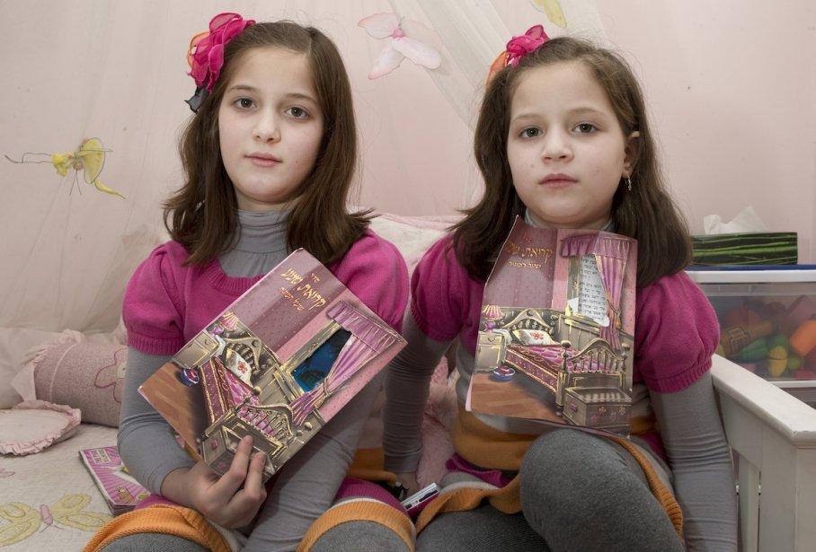 Ce petit cahier est un livre de prière (Shema) que Rivky, Ruchy et Etty récitent chaque soir avant de s'endormir. Des fois, elles le lisent ensemble, des fois, c'est maman qui lit. La shema est une prière quotidienne qui demande protection à Dieu. On la récite le soir, et aussi le matin à l'école. Rivky et Ruchy fréquentent une école hassidique pour filles à Outremont. Etty est encore trop petite. | 14 mai 2013