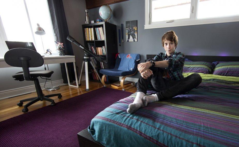Charlélie Garand, 13 ans, vit à Beloeil. Comme la plupart des jeunes garçons de son âge, il tripe sur les jeux vidéos, tellement qu'il a présenté sa collection personnelle sur Youtube. Il aime aussi le hockey et garde les buts pour l'équipe bantam de Beloeil. Sa chambre n'est pas encore décorée, parce qu'il vient juste d'y déménager, après le départ de son grand frère. «Avant j'avais une chambre d'enfants. Celle-là est mieux. Elle est faite pour les ados.» | 14 mai 2013