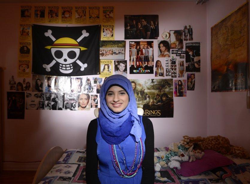 Farah Awada, 15 ans, habite une belle grande maison dans le quartier Montréal-Nord. Elle partage sa chambre avec une de ses quatre soeurs. Farah est d'origine libanaise et pratique l'islam comme le reste de sa famille. Ça ne l'empêche pas de triper aussi sur Justin Bieber, One Direction et le manga japonais One Piece (voir son drapeau). Elle aime par-dessus tout Angelina Jolie, son idole absolue. Pas étonnant qu'elle lui consacre la moitié de son mur! | 14 mai 2013