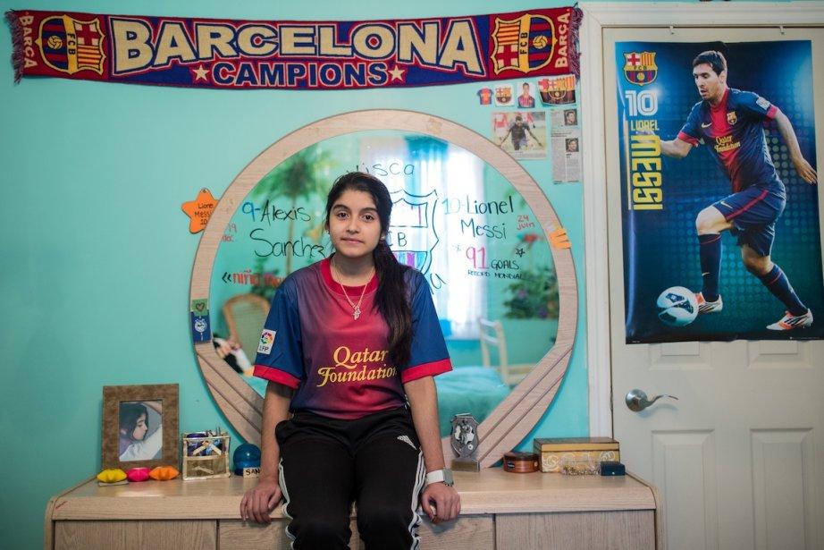 Loren Gabriela Ruiz-Portillo a 14 ans et habite Montréal-Nord. Avant, les murs de sa chambre étaient roses, mais on les a repeints en vert parce qu'elle voulait «quelque chose de moins petite fille . Maintenant, la pièce est bardée d'affiches du F.C. Barcelone et de souvenirs du Salvador, son pays d'origine. Quand elle sera plus grande, Loren Gabriela aimerait bien devenir médecin. Elle dit aimer l'école, «mais pas les devoirs.» | 14 mai 2013