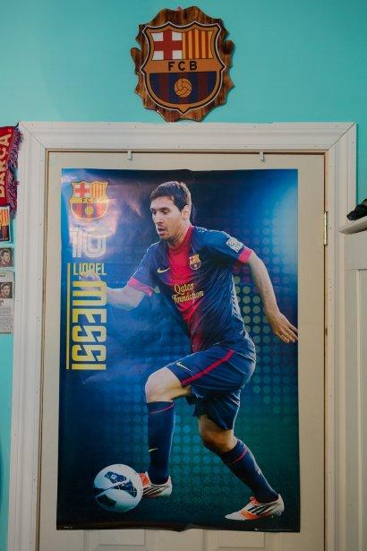 Fan de foot? Fan du F.C. Barcelone serait plus juste. Loren Gabriela collectionne tout ce qui se rapporte à son club fétiche, affiches, foulards, t-shirts, vestes, alouette. Pourquoi Barcelone? À cause de Lionel Messi, bien sûr. «C'est le meilleur», dit-elle. Mais elle aime aussi toute l'équipe et peut vous nommer plein de noms de joueurs par coeur. Et le hockey?  «Je trouve ça plate.» | 14 mai 2013