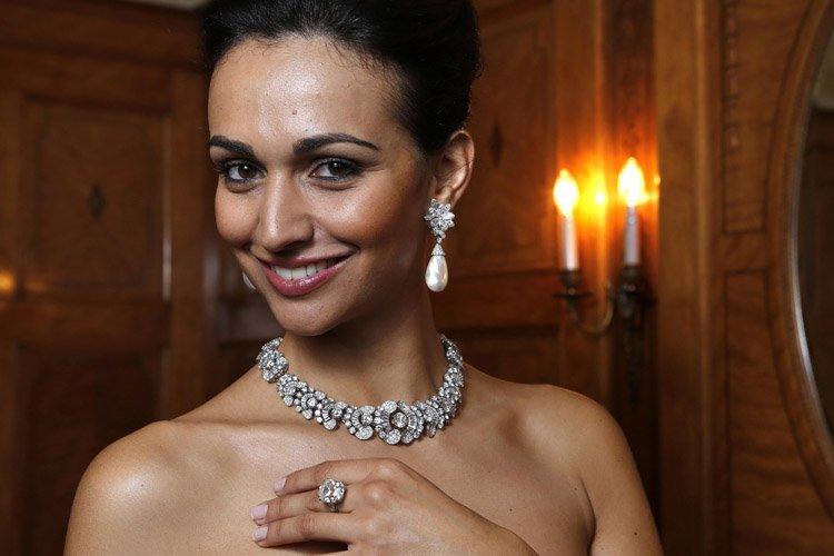 Un modèle porte les pendants d'oreilles en perle,... (Photo: Reuters)