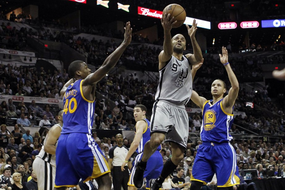 Tony Parker (au centre) a inscrit 25 points... (Photo Mike Stone, Reuters)