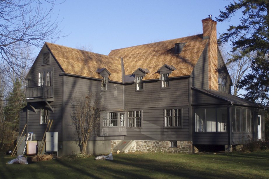 Une maison de Hudson, près de Montréal, dont... (Photo fournie par Couvre tout D.R.)