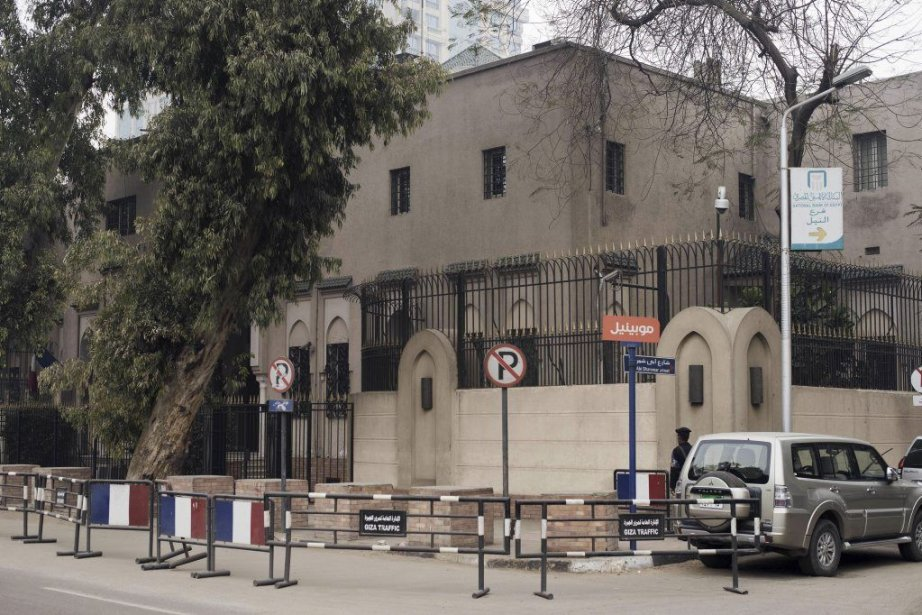 L'ambassade de France au Caire était visée par... (PHOTO GIANLUIGI GUERCIA, AFP)