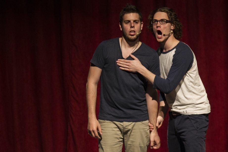 Deux finissants de l'École nationale de l'humour, lors... (Photo Olivier Pontbriand, La Presse)