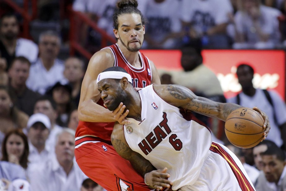 Joakin Noah, des Bulls de Chicago, tente de... (Photo Joe Skipper, reuters)