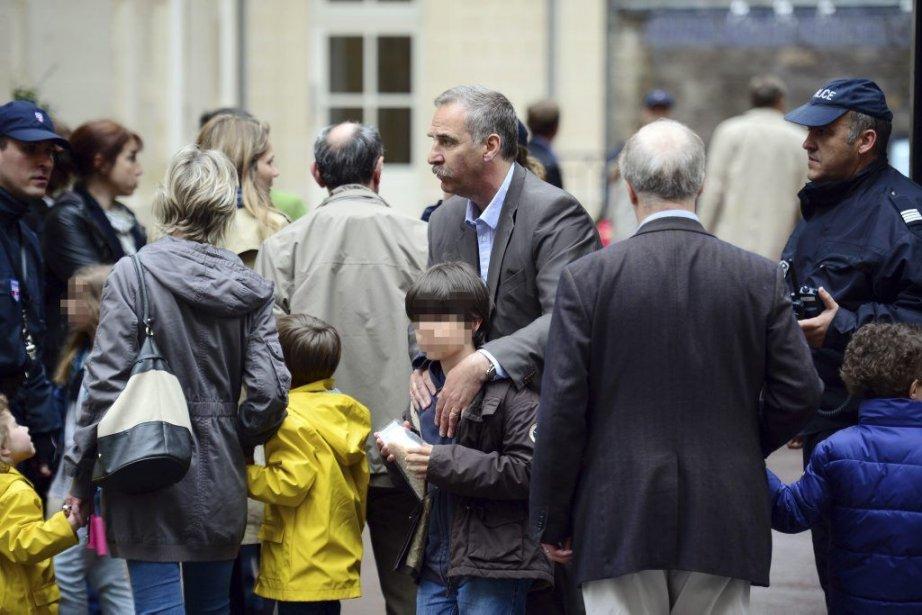 Des parents viennent chercher leurs enfants à l'école... (PHOTO MARTIN BUREAU, AFP)