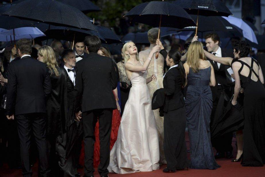 Carey Mullingan a foulé le tapis rouge, trempé... (Photo: AFP)