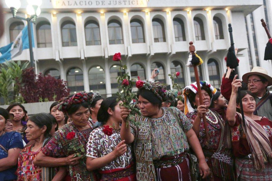 Des citoyens de l'ethnie ixil manifestent leur joie... (PHOTO JORGE DAN LOPEZ, REUTERS)