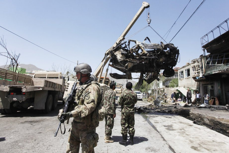 Deux soldats et quatre membres civils de la... (PHOTO MOHAMMAD ISMAIL, REUTERS)