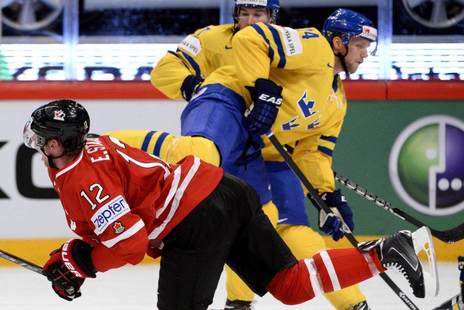 Le défenseur suédois Alexander Edler (à droite) a... (Photo Jonathan Nackstrand, AFP)