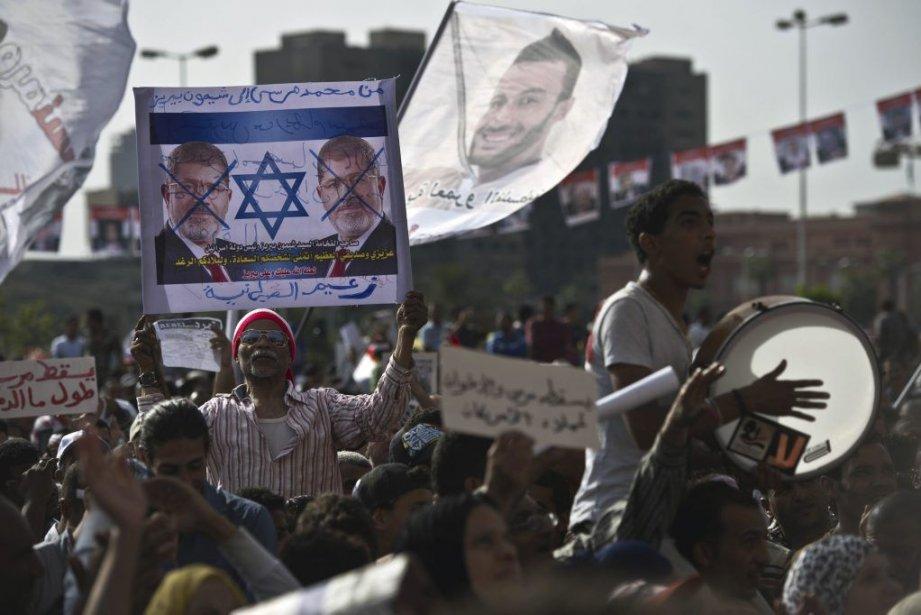 Plusieurs centaines d'Égyptiens ont manifesté vendredi au Caire... (PHOTO KHALED DESOUKI, AFP)