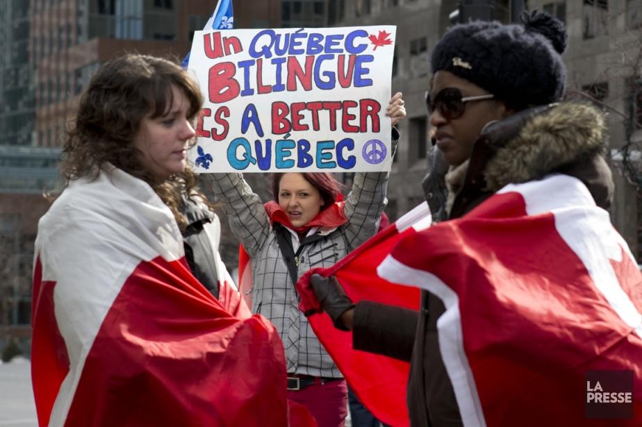 Des opposants au projet de loi 14 ont... (Photo Robert Skinner, La Presse)