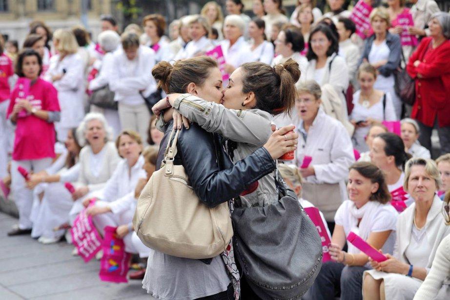 Deux militantes pour le mariage entre conjoints de... (PHOTO GÉRARD JULIEN, ARCHIVES AFP)