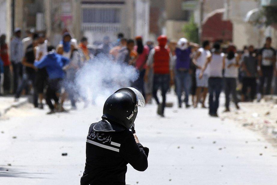 Un policier lance des gaz lacrymogènes sur des... (Photo: Reuters)