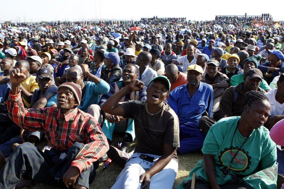 Des mineurs en grève, le 14 mai, à... (Photo Siphiwe Sibeko, Reuters)