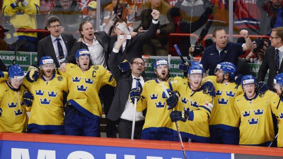 L'entraîneur Par Marts célèbre la victoire avec l'équipe,... (Photo JACQUES BOISSINOT, PC)