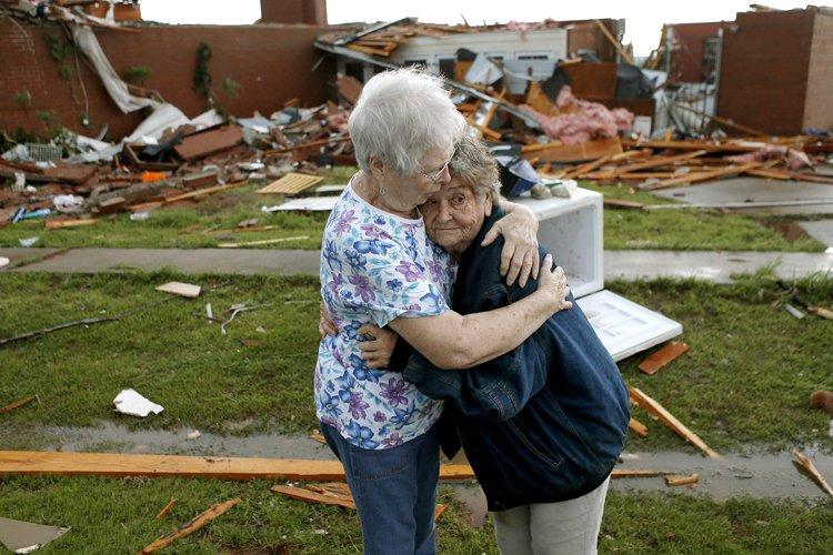 Les tornades ayant décimé bon nombre de secteurs dans plusieurs... (Photo: AP)