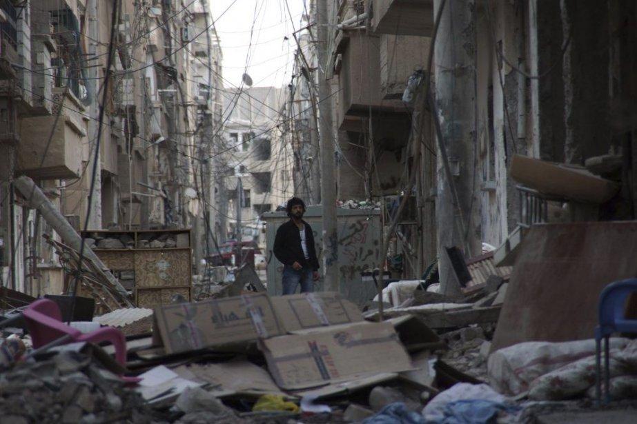 Un homme se tient dans les décombres à... (PHOTO KHALIL ASHAWI, REUTERS)