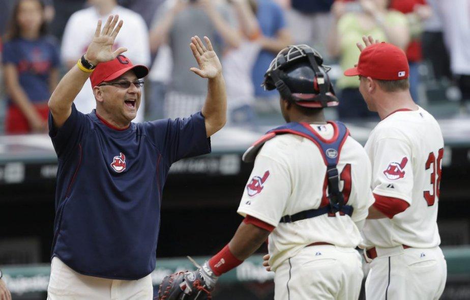 Le manager des Indians Terry Francona, à gauche,...