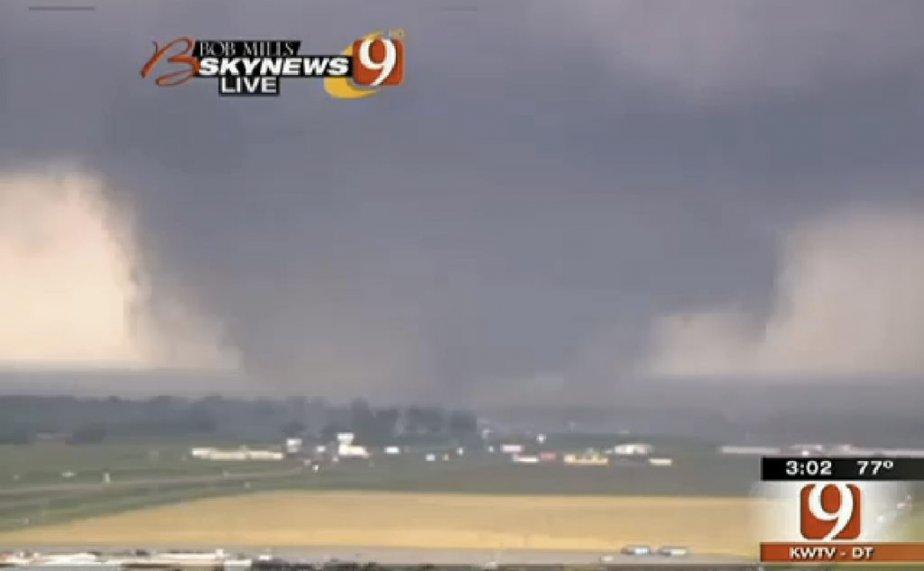 La tornade se dirigeant vers Oklahoma City, ce lundi après-midi, sur une image de la télévision américaine. (Photo AP/KWTV)