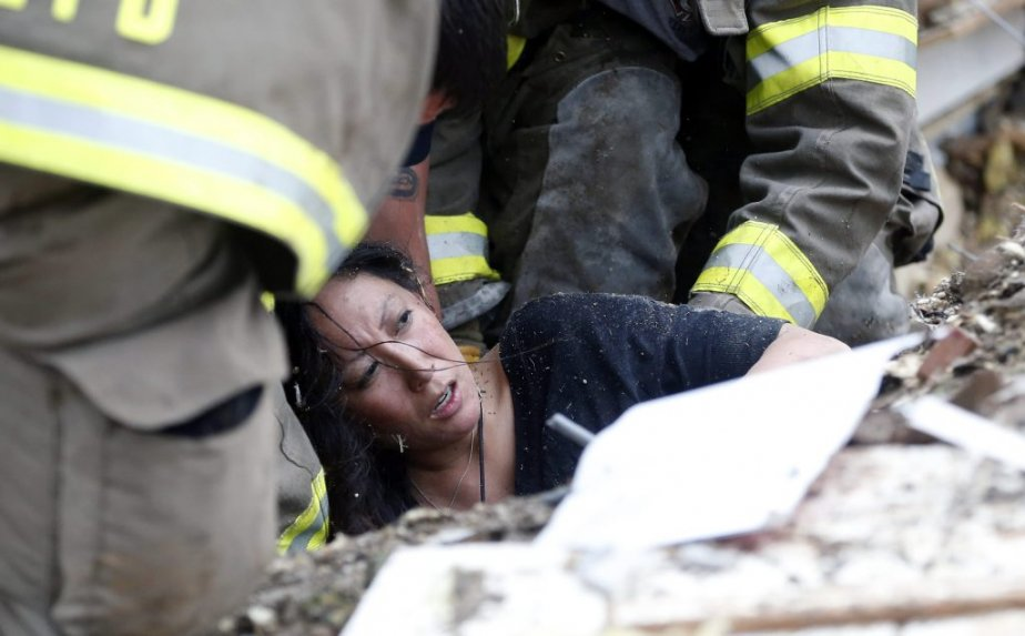 Une femme est tirée des décombres, à Moore. (Photo Sue Ogrocki, AP)