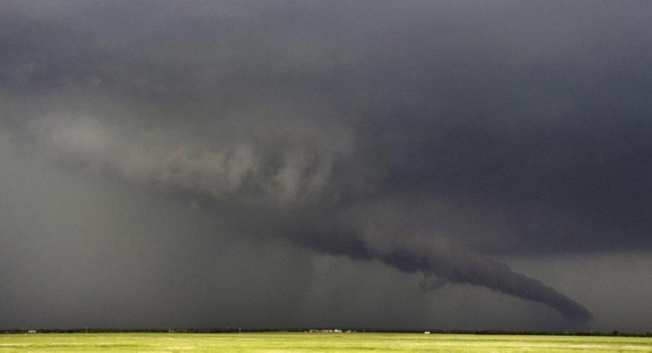 L'entonnoir de la tornade touche presque le sol sur cette photo, prise à South Haven, au Kansas, dimanche. | 20 mai 2013