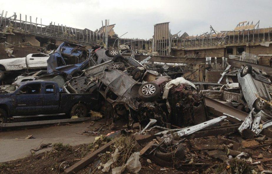 Des voitures renversées après le passage de la tornade, à Moore. | 20 mai 2013