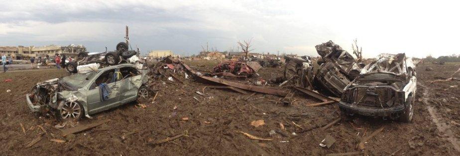 Des voitures balayées par la tornade près d'Oklahoma City. (Photo Richard Rowe, Reuters)