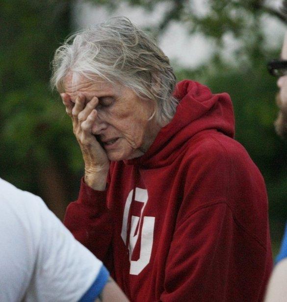 Une femme attend de pouvoir s'approcher de son mobile home touché par la tornade. (Photo BILL WAUGH, Reuters)