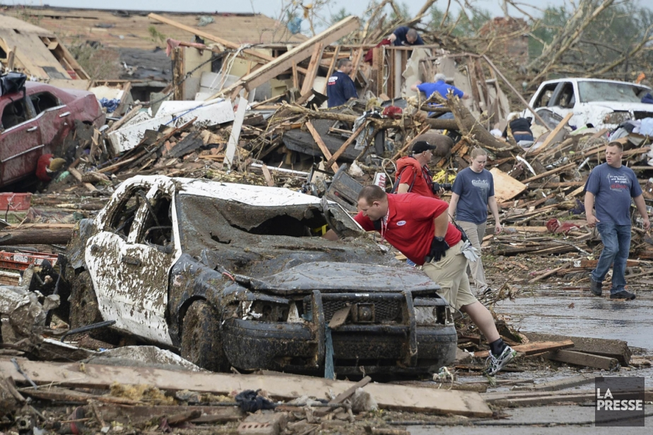 Les citoyens de Moore, en Oklahoma, constatent les... (Photo Reuters)