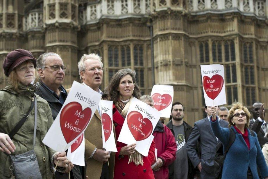 Des opposants au mariage gai ont manifesté devant... (Photo Adrian Dennis, Agence France-Presse)