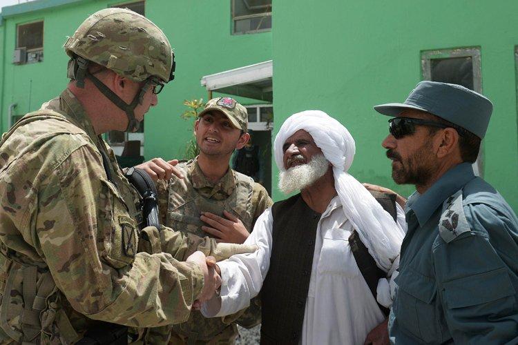 Un interprète afghan (2e à partir de la... (Photo: AFP)