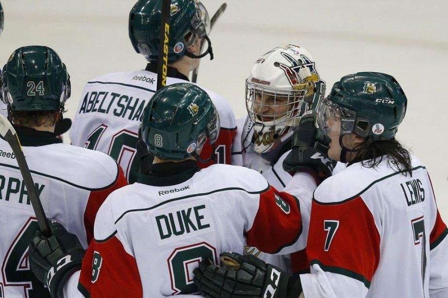 Zachary Fucale célèbre avec ses coéquipiers.... (Photo La Presse Canadienne)