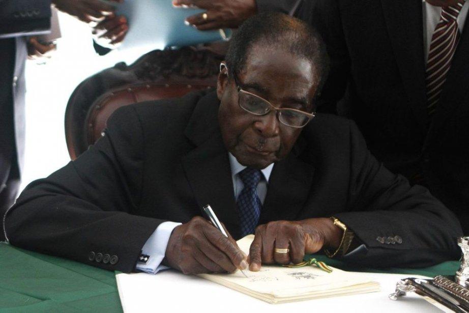 Le président du Zimbabwe Robert Mugabe signe la... (Photo Philimon Bulawayo, Reuters)