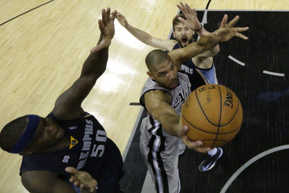 Tim Duncan, des Spurs, fonce au panier entre... (Photo Ronald Martinez, Reuters)