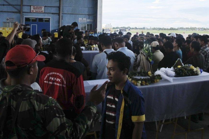 Des travailleurs défilent devant les cercueils de leurs... (Photo Muhammad Yamin, Reuters)