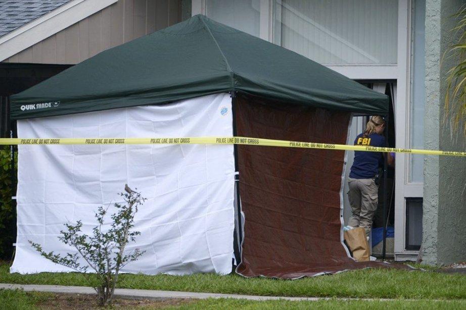 Des agents du FBI dans le domicile de... (Photo PHELAN EBENHACK, REUTERS)