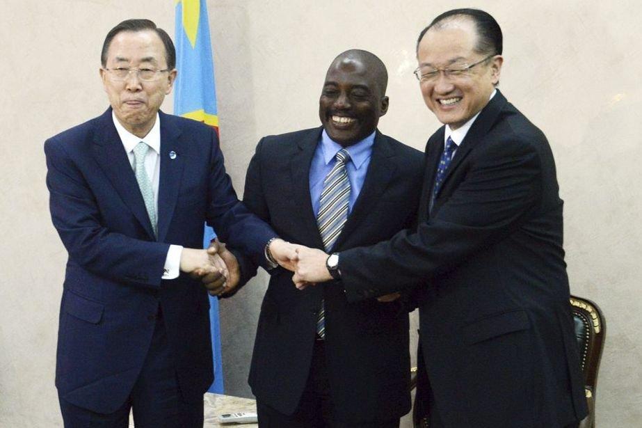 Le président congolais, Joseph Kabila, au centre, salue... (PHOT JUNIOR D. KANNAH, AFP)