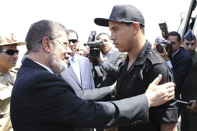 Le président Morsi accueille l'un des policiers enlevés... (PHOTO AFP)