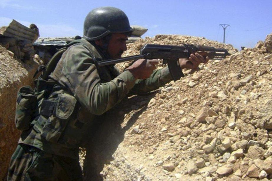 Un soldat syrien prend part à l'assaut d'un... (PHOTO AFP)