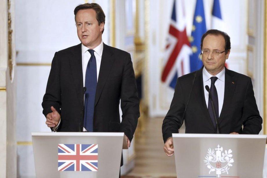 Le présdient françcais Francois Hollande, à droite, et... (PHOTO PATRICK KOVARIK, AFP)