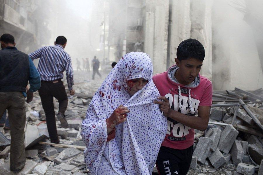 Une Syrienne est évacuée après avoir été blessée... (Photo Fabio Bucciarelli, Agence France-Presse)