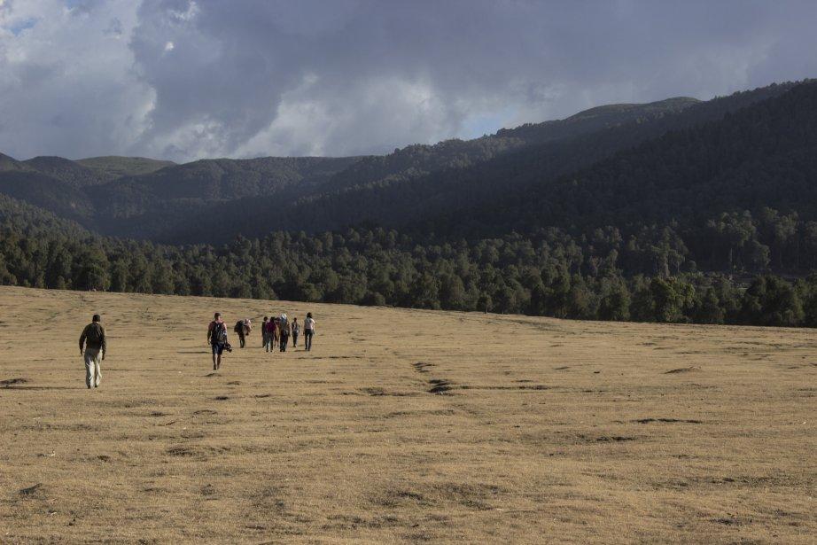 La première journée de marche fait passer les voyageurs à travers des pâturages situés au pied des montagnes. (Photo fournie par Emmanuel Leroux-Nega)